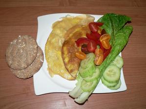 VEČEŘE: vaječná omeleta s olomouckými tvarůžky, zelenina, knekebrot