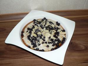 SNÍDANĚ: hladká mixovaná pohankovo-jáhlová kaše s javorovým sirupem, borůvkami a mandlemi