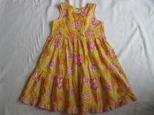 Žluté květované šaty, 110