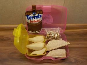 toust na sladko (s tvarohem, nastrouhaným jablíčkem a skořicovým cukrem), hruška, vlašské ořechy, termix - tohle jsem nevěřila že vše sní a snědla! (ale asi se o svačiny i trochu dělí :-))