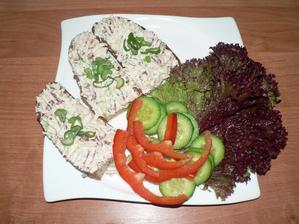 SNÍDANĚ: domácí špaldový chléb, pomazánka se sušenými rajčaty, zelenina