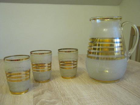 Starožitný džbán a sklenice se zlatými proužky,