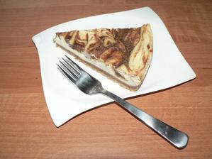 """SNÍDANĚ: """"ozdravený"""" tvarohový koláč se skořicí (spodek celozrnné sušenky, tvaroh slazený kukuřičným sirupem a v polevě třtinový cukr)"""