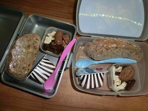 Dřevorubecký chléb s paštikou, mléčný dezert, banány v čokoládě