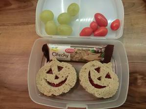 Chleba s rybízovou marmeládou v halloweenském stylu, ořechová tyčinka,hroznové víno, rajčátka (Honzíkova náhradní svačina, kuskus snědl už doma :-) )