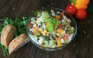 Salát s balkánským sýrem a dýňovými semínky