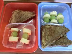 toasty z celozrnného chleba, flora, kečup, gouda, šunka, rajče mozarella; hroznové víno, banán