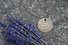 Dlouhý náhrdelník s kulatým přívěškem,