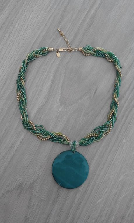 687 - korálkový náhrdelník,