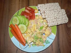 """VEČEŘE: míchané vajíčko se šunkou a jarní cibulkou, zelenina, """"knekebrot"""""""