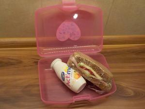 dřevorubecký chléb se šunkou, ledovým salátem, rajčetem a sýrem, actimel