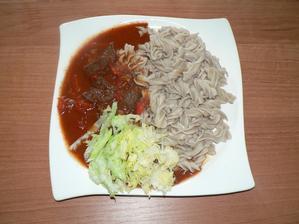 """OBĚD: zdravý hovězí """"guláš"""" (zahuštěno pouze zeleninou -  rajčata, paprika, rajčatový protlak, bez jakékoliv mouky nebo jíšky), pohankovo-špaldové těstoviny"""