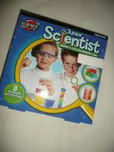 Junior vědec scientist barevná lanoratoř krystal,