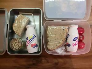 Květuška: chleba s paštikou, slunečnicová semínka, actimel; Honzík: chleba s gervais a ředkvičkami, ředkvičky, actimel