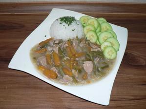 """OBĚD: dušené vepřové maso na zelenině (mrkvička, fazolové lusky, pórek) zahuštěno trochou pohankové """"kaše"""", s rýží, okurka"""