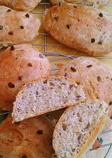 Špaldové celozrnné pečivo s chrumkavou chlebovou korkou prekrojene