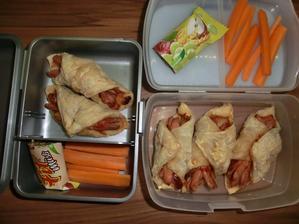 Párečky v listovém těstě s kečupem a pizza kořením, mrkev, muesli tyčinka