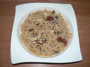 OBĚD: celozrnné špagety (Alnatura) se sušenými rajčaty, balkánským sýrem a eidamem