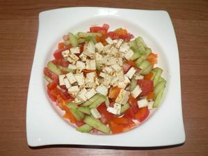 VEČEŘE: zeleninový salát s pikantním balkánským sýrem