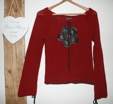 Červený svetřík s kytičkou zvonové rukávy 38, s