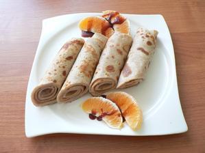 SNÍDANĚ: (narozeninová od manžela a Nelinky :-)) palačinky napůl z pohankové a celozrnné špaldové mouky, jedna se zdravou hruškovou marmeládou a druhá s pomazánkou z makadamiových oříšků