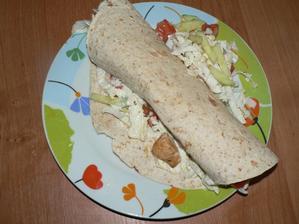 OBĚD: Špaldovo-ovesná tortilla plněná zeleninou, kuřecími kousky a lehkou zakysanou smetanou