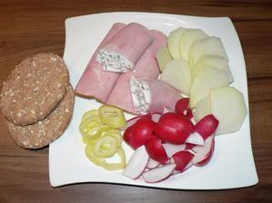 VEČEŘE: šunkové rolky plněné tvarohem s pažitkou a nasucho opraženými slunečnicovými semínky, knekebrot, zelenina