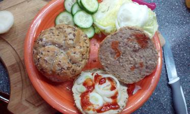 kaiserka, rostlinná pomazánka, cibule, kečup, zelenina :-)