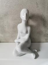 Porcelánová soška sedící dívka akt,