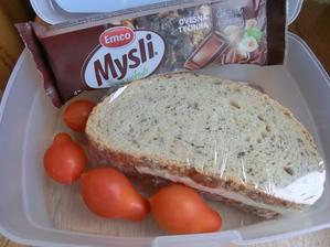 Chia chléb s máslem a nivou, ovesná tyčinka čokoládová, cherry rajčátka