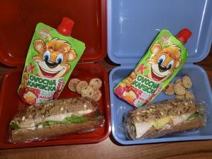 tentokrát oba to samé: celozrnná bageta, gervais, salát, rajče, gouda, kuřecí šunka, malinová přesnídávka, ovesní biskiti (celodenní výlet do zoo, proto tak velká svačina)