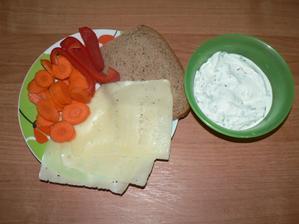 VEČEŘE: plátek žitného chleba, 3 plátky sýra 20%, půlka tvarohu s bylinkami z mrazáku
