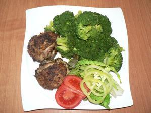OBĚD: (vím že nevyvážený, chybí sacharidy, ale měla jsem na to chuť :-D a i Nelinka krásně dlabala) kuřecí horní stehýnka na provensálských bylinkách, dušená brokolice