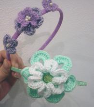 Slavnostní čelenka s háčkovanou květinou,