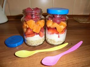 Ovesné vločky,bílý jogurt, jahody, meruňky, maliny