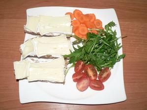 SNÍDANĚ: domácí podmáslovo-ječný chléb s gervais a camembertem light, zelenina