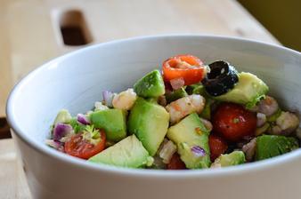 Salát s krevetami, limetkou a avokádem .