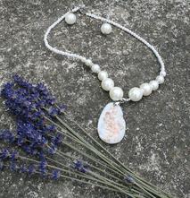 Set z perlí náhrdelník s náušnicemi,
