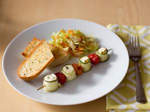 Špíz s fetou v cuketových plátcích, česneková bageta, salát