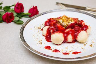 Tvarohové špaldové knedlíky s jahodovo-rebarborovým přelivem