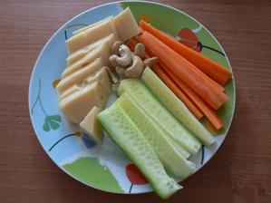 SVAČINA: sýr 30%, kešu, zelenina