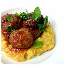 Tu sú podávané s olejom spareným špenátom (zohriať olej a preliať ním čerstvý špenát, dochutiť octom) a zeleninovo šošovicovou kašou (zemiaky a iná koreňová zelenina, uvarená červená šošovica s tekutinou, soľ, muškátový oriešok) a mätou.