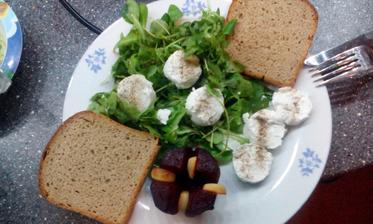 Pečená červená řepa s česnekem, kozí sýr a polníček s rukolou :-)