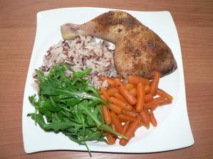OBĚD: kuřecí stehno na medu a baby karotce, rýže tří barev, rukola