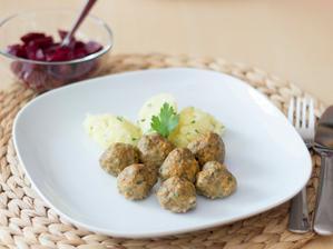 Masové kuličky s mrkví, šťouchané brambory s pažitkou, domácí nakládaná řepa