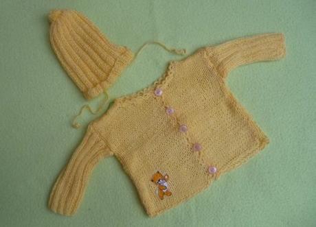 a6c72c536785 Žlutý ručně pletený svetřík + čepička