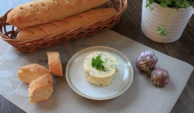 Domácí bagety s česnekovo-bylinkovým máslem