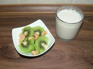 """SVAČINA: kiwi, kešu, mandlové """"mléko"""""""