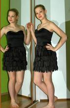 Společenské krátké černé saténové šaty bez ramínek, 38