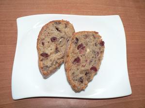 SNÍDANĚ: celozrnný biskupský chlebíček naříznutý